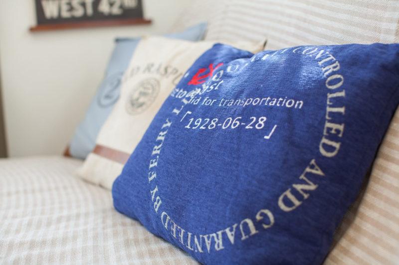 ソファに水色ベージュ青の三色のクッション