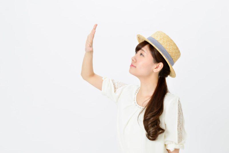 カンカン帽をかぶって紫外線対策している女性
