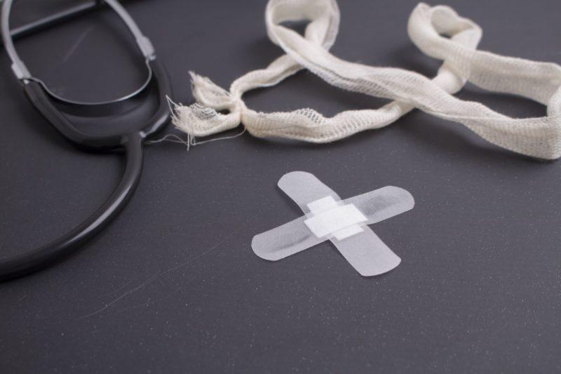 聴診器とボロそうな包帯と×にした絆創膏