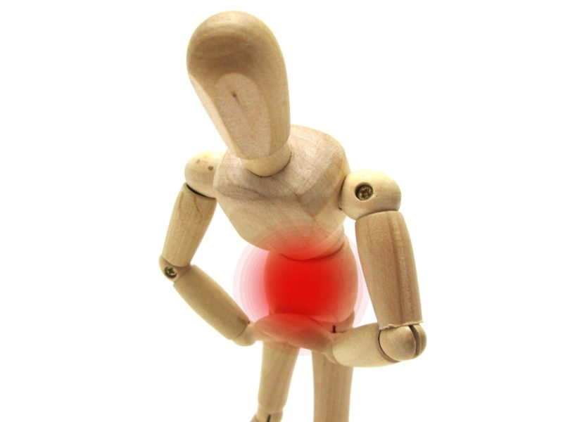 お腹に炎症が起き、痛そうにしている人形