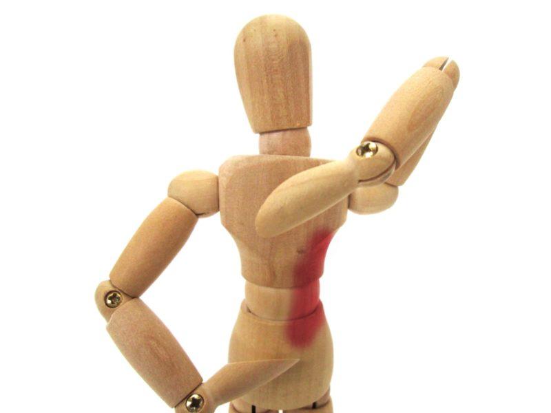 背中の脇腹に血がにじんでいる人形