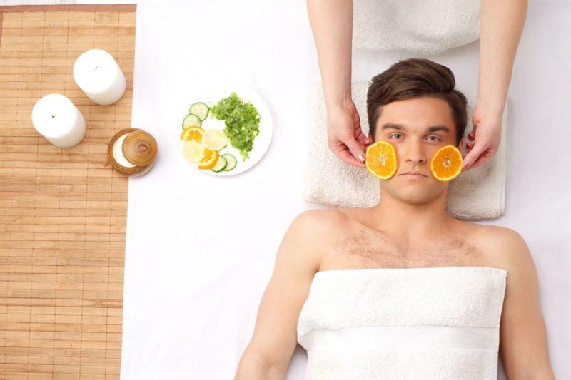 エステでオレンジを顔に乗せられる外国人男性