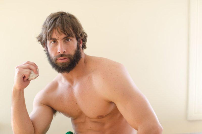 野球のボールを持ってポーズをとる髭の生えたマッチョ外国人