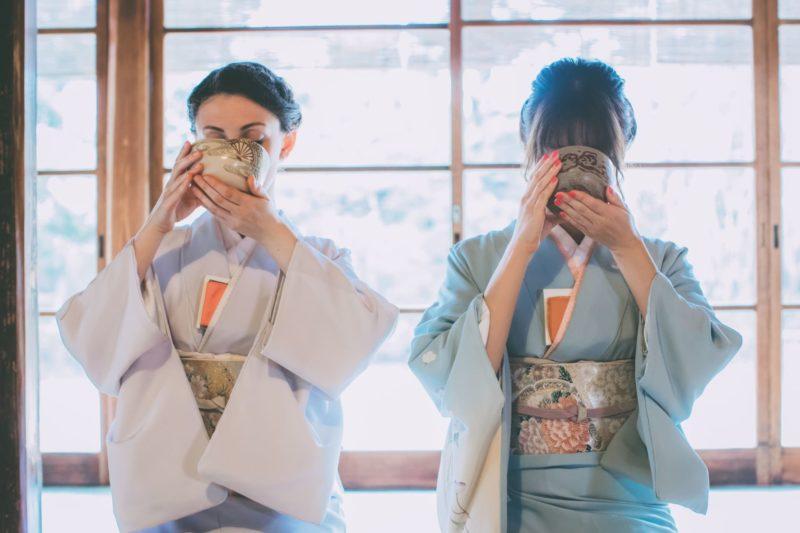 茶道でお茶を飲んでいる2人の着物姿の女性