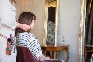 美容室で座る女性
