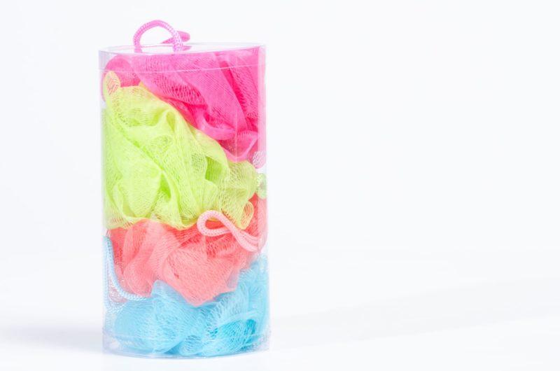 いろんな色の洗顔ネットが詰め込まれた透明な円筒ケース