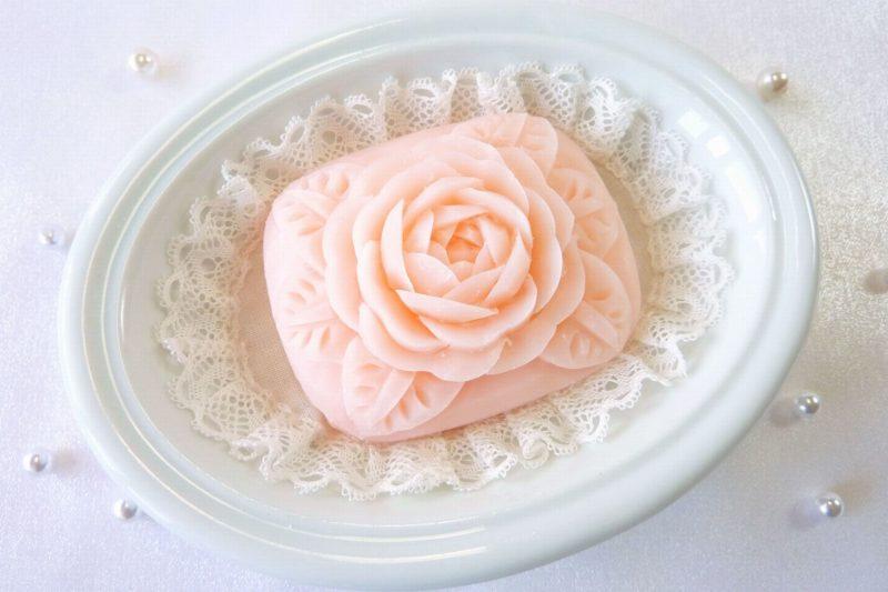 バラの形が彫られたピンク色の石鹸