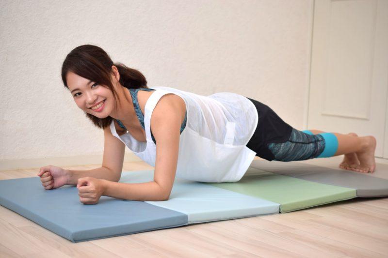 腕立て伏せをしながら笑っている日本人女性