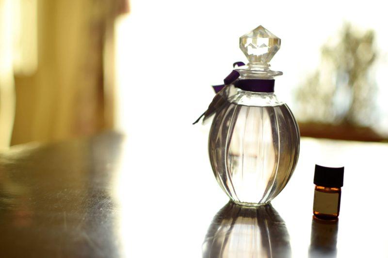 オイルの入った透明な瓶茶色の瓶