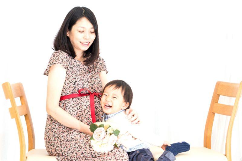 妊婦に寄り添う子供