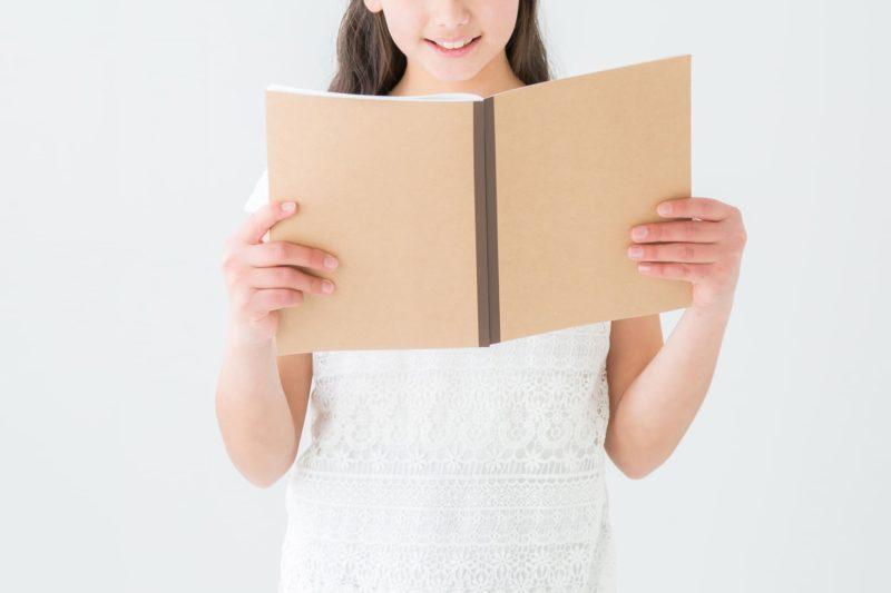 ノートを開いて復習をしている少女