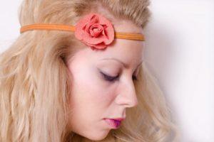 オレンジのヘアアクセをした色白の女性