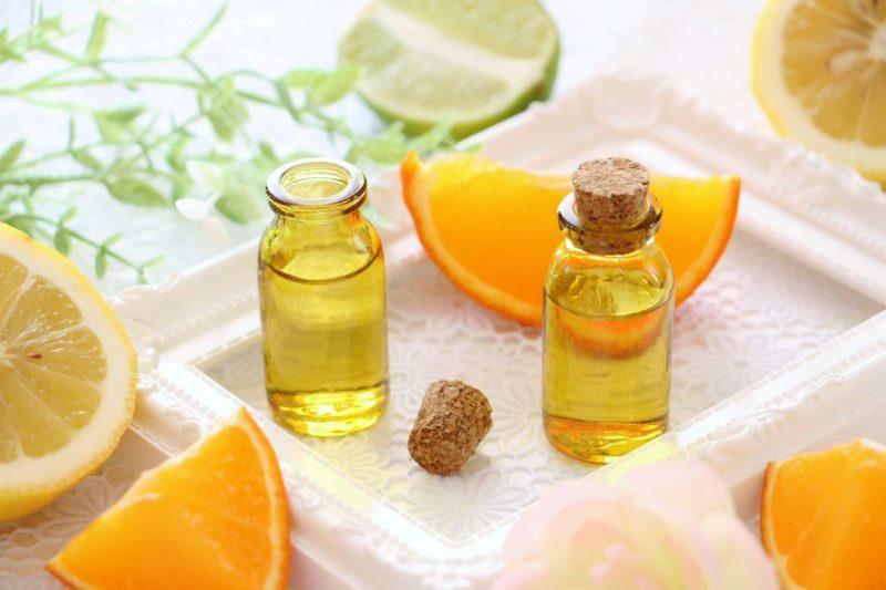 オレンジ、ライム、レモンの中にある黄色い液体