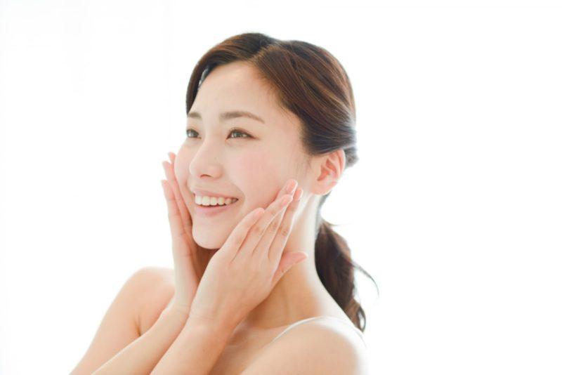 肌質に満足している女性の斜めの角度顔