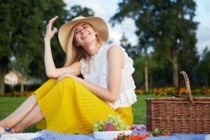 黄色いスカートで帽子を被った外国人女性ピクニック