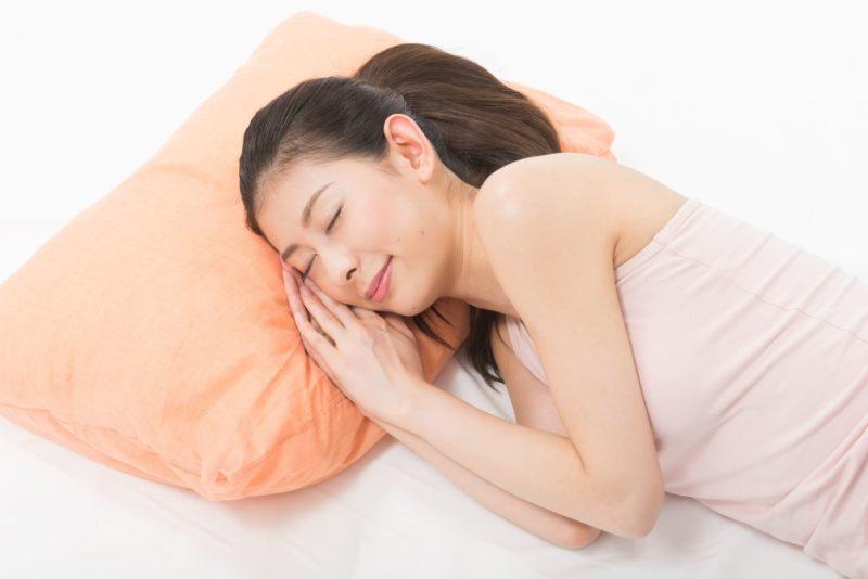 穏やかに眠っているポニテの女性