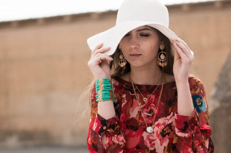 鼻にそばかすができてて嫌そうに帽子で顔を隠している女性