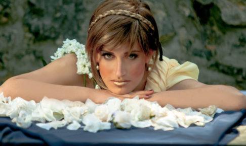 ドレスを着て白い花と一緒にうつぶせに寝ている外国のお姫様