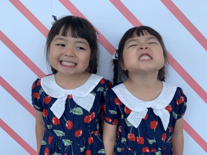 表情豊かな双子の女の子