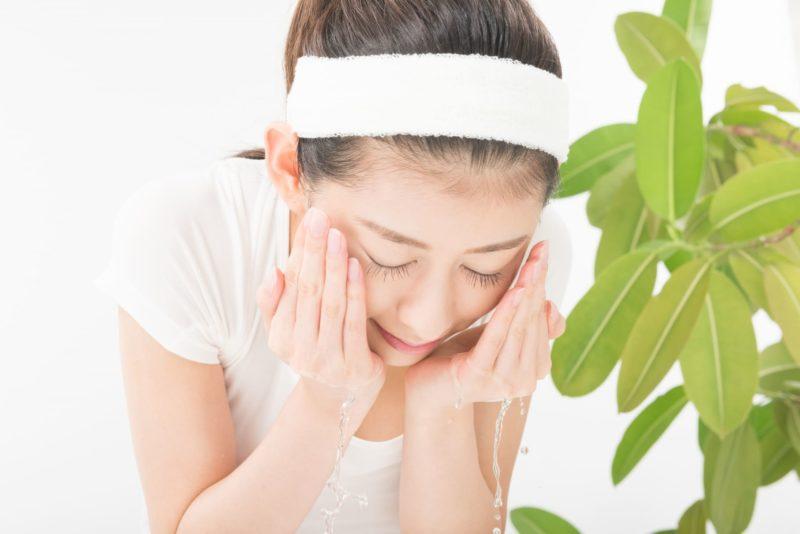 両手で丁寧に洗顔をする女性