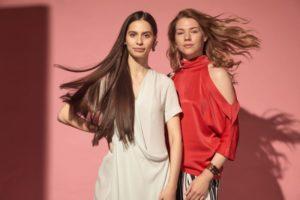 髪をなびかせる二人の外国人女性