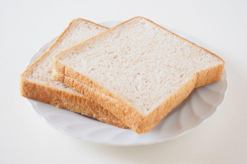 お皿に乗せられたスライス食パン2枚