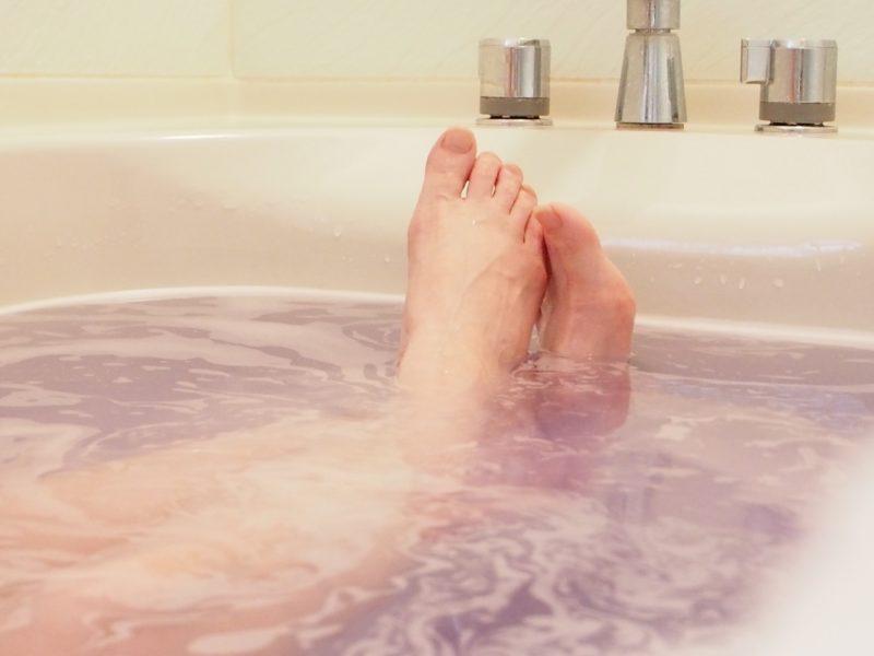 ゆっくりとお風呂につかる女性の足