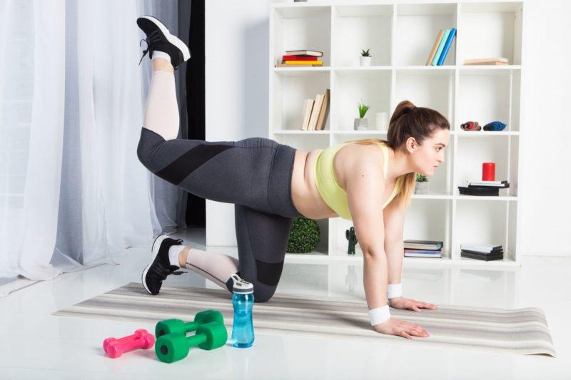 お尻の筋肉に効くエクササイズをする女性
