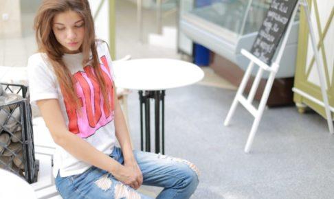 若い女性の画像 伏し目