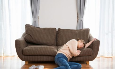 無気力になりソファーにもたれかかる女性