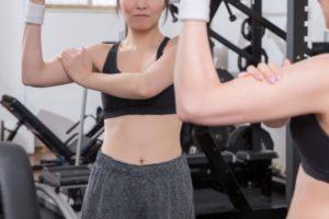 右腕の筋肉をチェックする女性