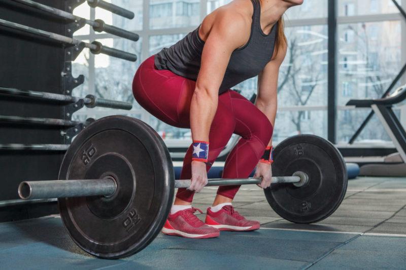 バーベルを持ち上げる力強い女性
