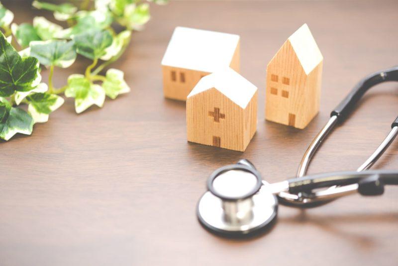 3つの家の模型とその横にある聴診器
