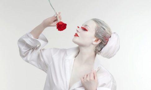 バラとまつ毛と口紅が赤くて白塗りの人