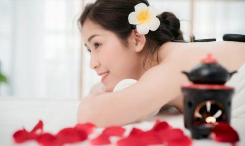 うつぶせでエステを受けている色白の日本人女性