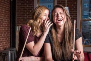 ビリヤード場でガールズトークで盛り上がっている女性二人