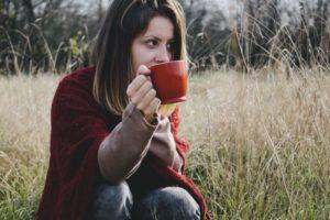 カップを持っている女性の画像