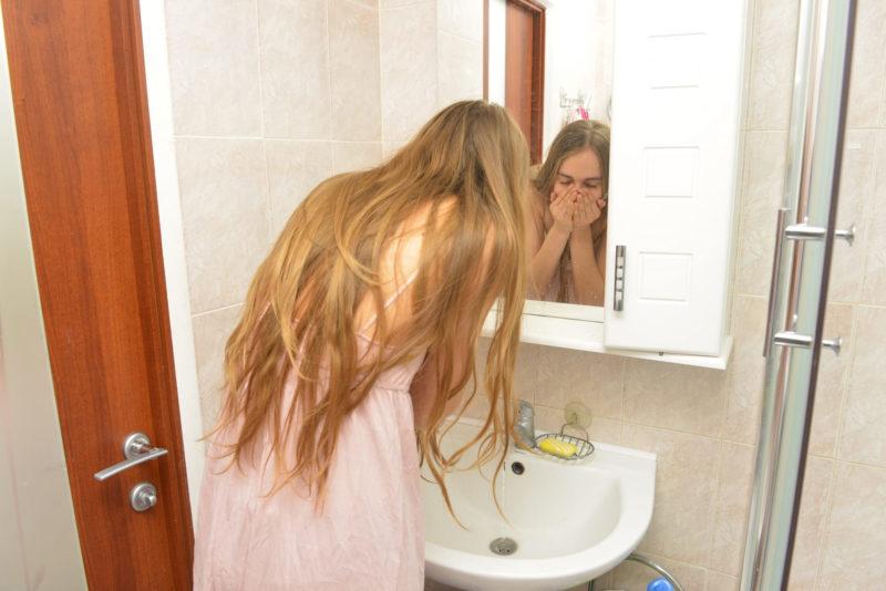 丁寧に洗顔をする外国人女性