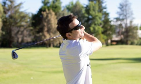 ゴルフをするミドル世代の白人男性