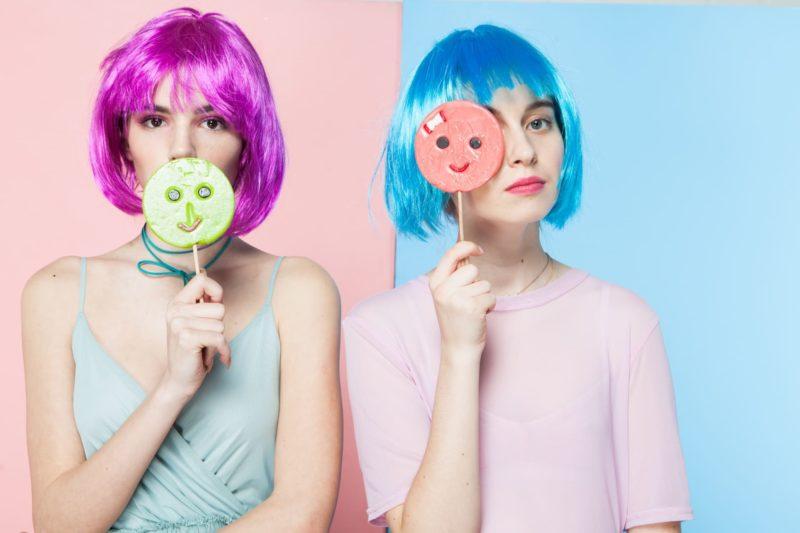 紫と青い髪の二人の女性がキャンディーを持っている奇抜の写真