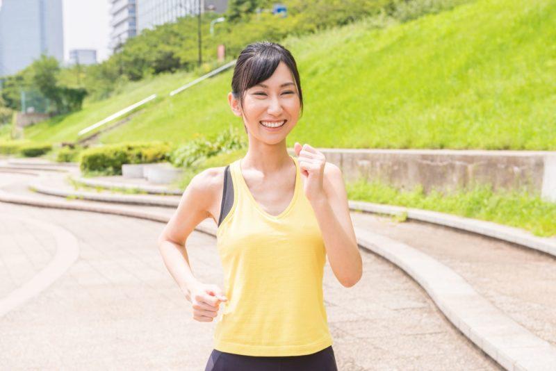 楽しそうにウォーキングをしている日本人女性
