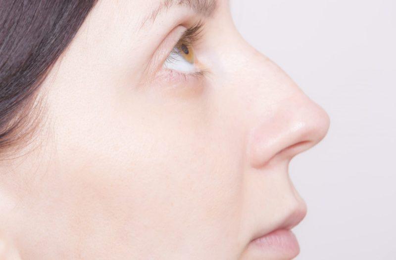 外国人女性の右頬をアップして目線を上の画像