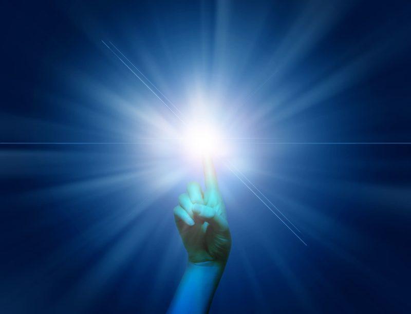 ある男の指先に集まる光