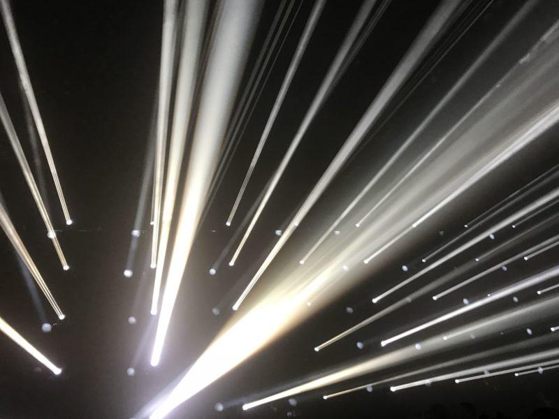 白いレーザ光線