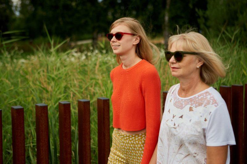 紫外線対策にサングラスをかけて散歩する親子