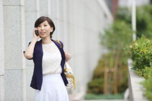 電話で歩きながら仕事をしているビジネスウーマン