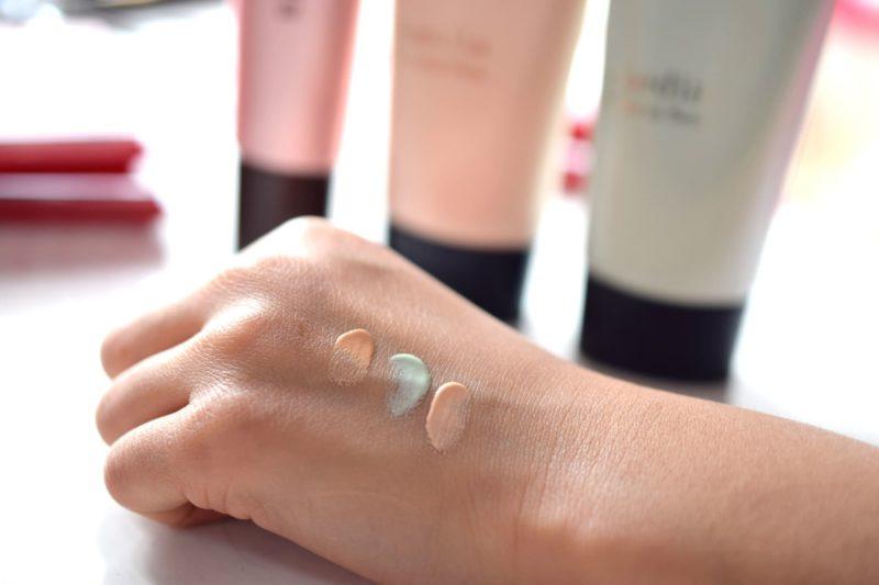 手の甲に化粧下地を出して色を比較している写真