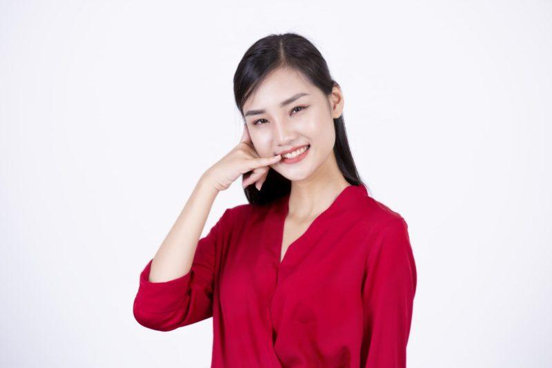 赤いブラウスを着たベトナム人女性
