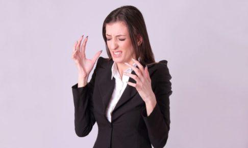 顔をしかめているスーツの白人女性