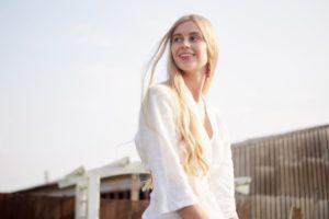 金髪の若い女性の画像